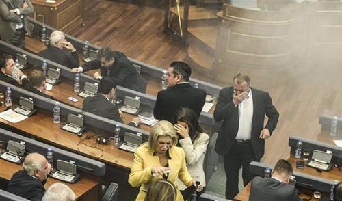 (تصاویر) پرتاب گاز اشکآور در پارلمان کوزوو
