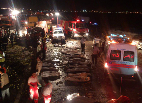 ۲۷ کشته و زخمی در تصادف مینیبوس و کامیون