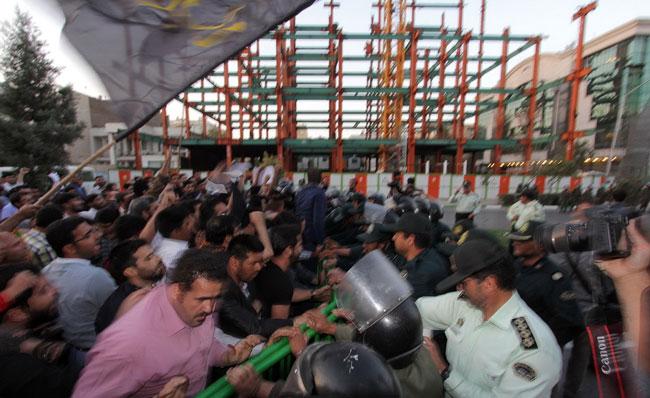 (تصاویر) تنش مقابل کنسولگری عربستان در مشهد
