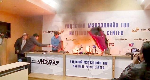 (تصاویر) مرد مغولستانی خود را مقابل دوربینها آتش زد