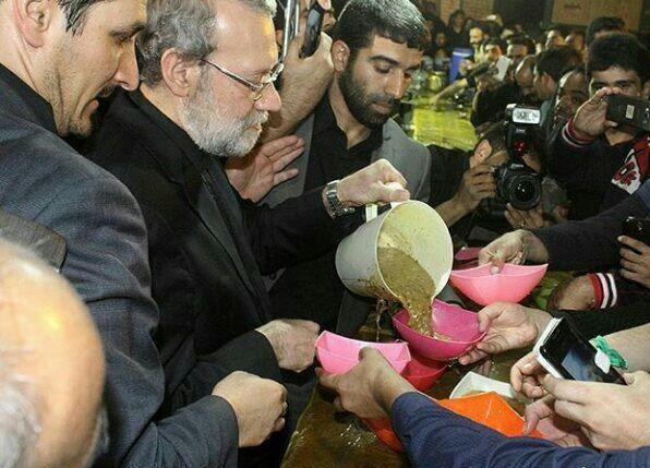 علی لاریجانی - دریچه انتظار - لاریجانی در حال پذیرایی از عزاداران قم