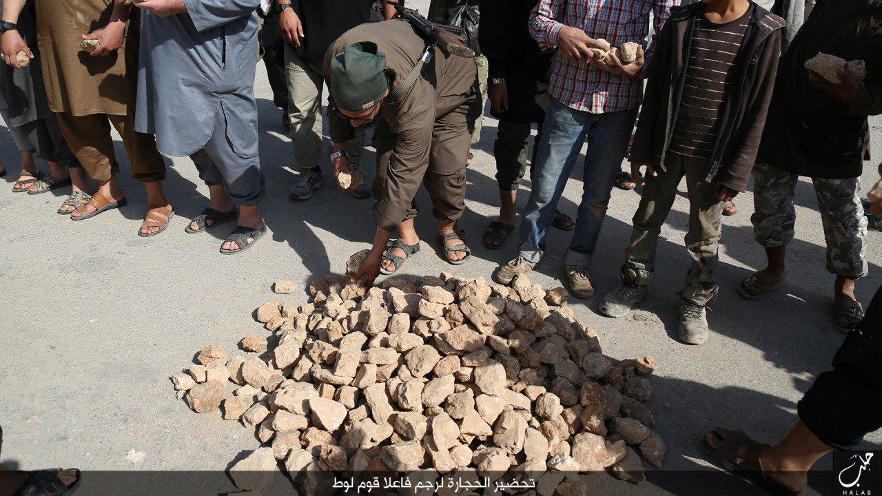 (تصاویر) سنگسار دو جوان سوری در حلب