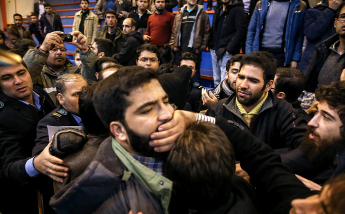 (تصاویر) درگیری دانشجویان در حضور روحانی