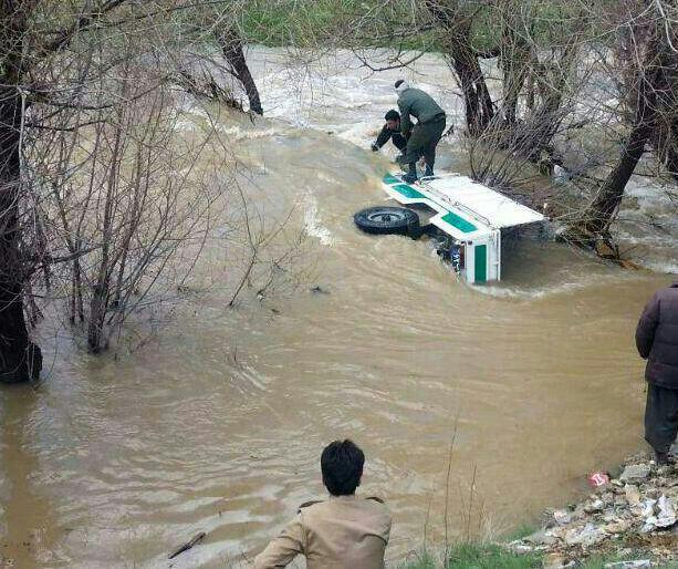 (تصویر) غرق شدن خودروی ناجا