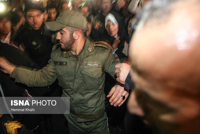 (تصاویر) گریههای مهدی و فائزه مقابل بیمارستان