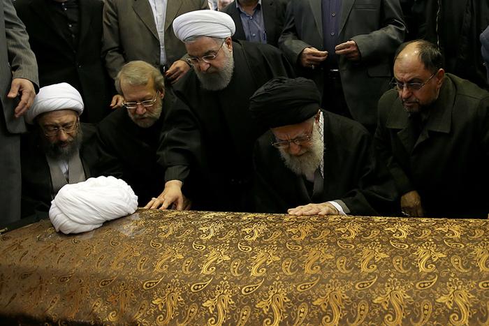 (تصاویر) اقامه نماز رهبرانقلاب بر پیکر