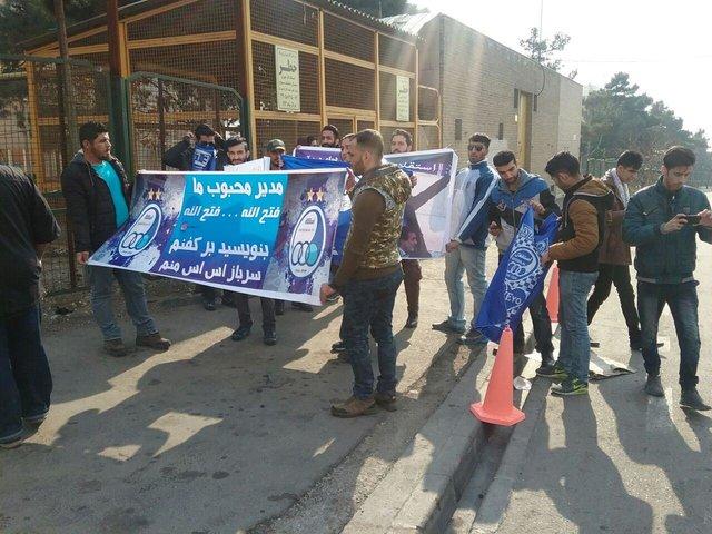 (عکس) تجمع ۱۵ نفره استقلالیها مقابل وزارت ورزش