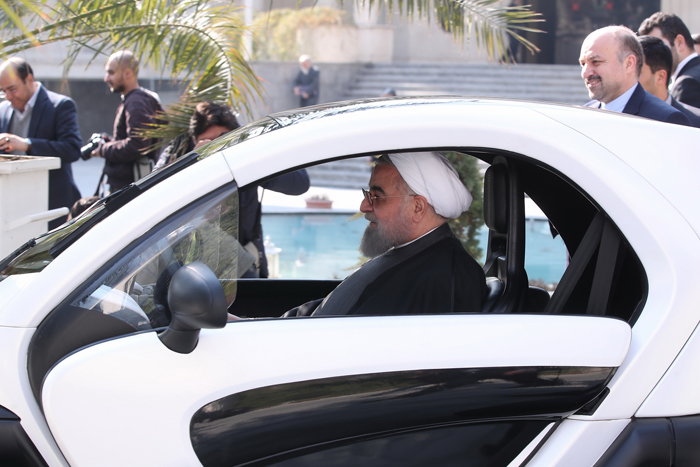 (تصاویر) روحانی پشت فرمان خودروی برقی