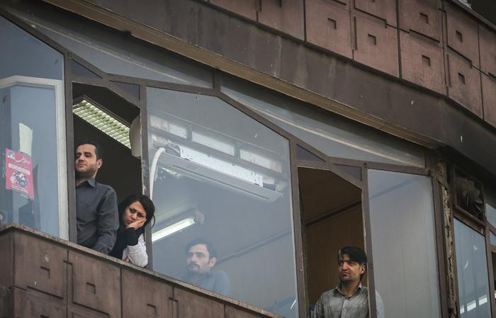 (تصاویر) ازدحام در اطراف ساختمان پلاسکو