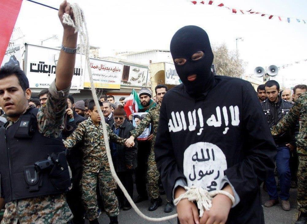 (تصویر) نمایش دستگیری یک داعشی در راهپیمایی ۲۲ بهمن