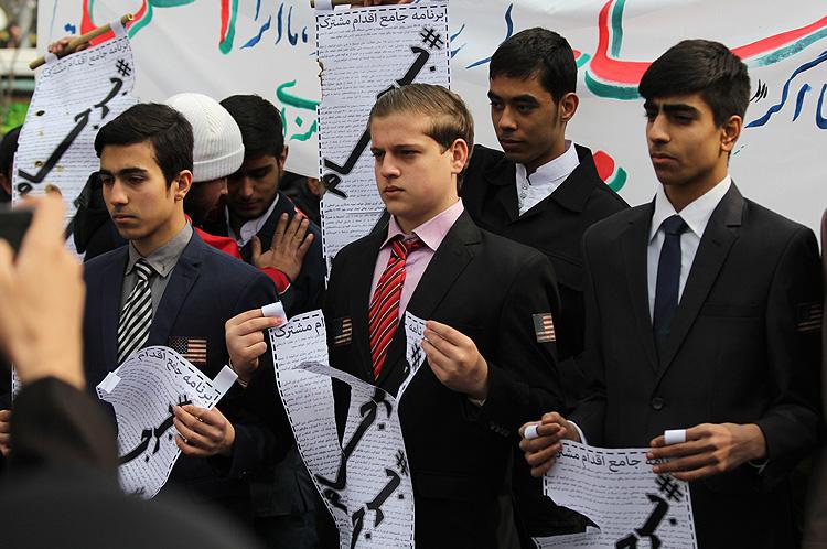 (تصویر) پارهکردن برجام در راهپیمایی 22 بهمن