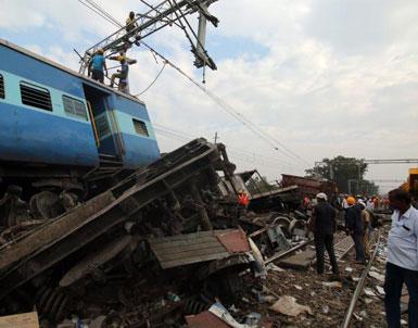 (تصاویر) خروج مرگبار قطار از ریل در هند
