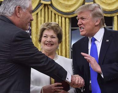 (تصاویر) نحوه خاص دست دادن ترامپ