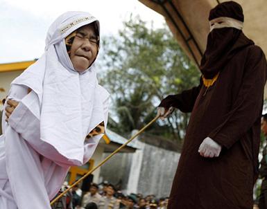 (تصاویر) حکم شلاق در ملاءعام در اندونزی