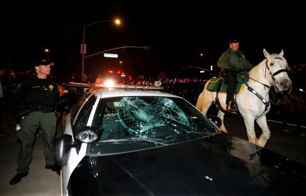 (تصاویر) درگیری پلیس با معترضان ترامپ