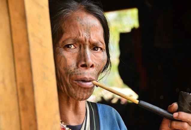 (تصاویر)آرایش دردناک زنان میانمار