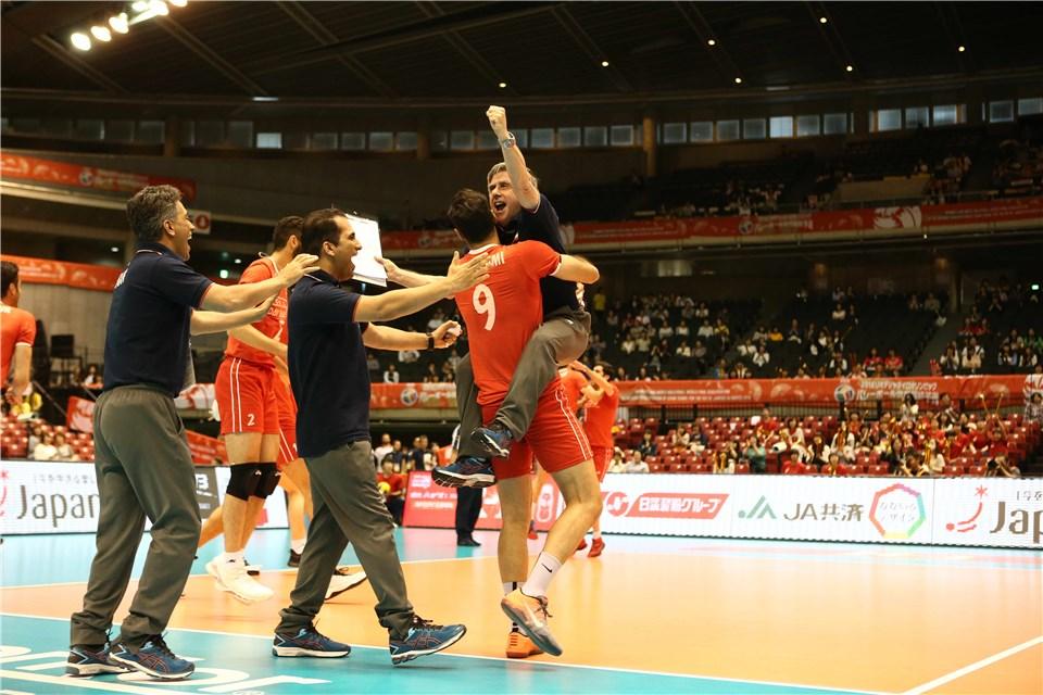 (تصاویر) پایکوبی ملی پوشان والیبال بعدازشکست چین