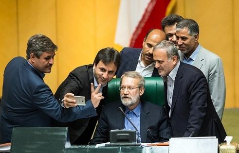 (تصاویر) حواشی آخرین جلسه مجلس نهم