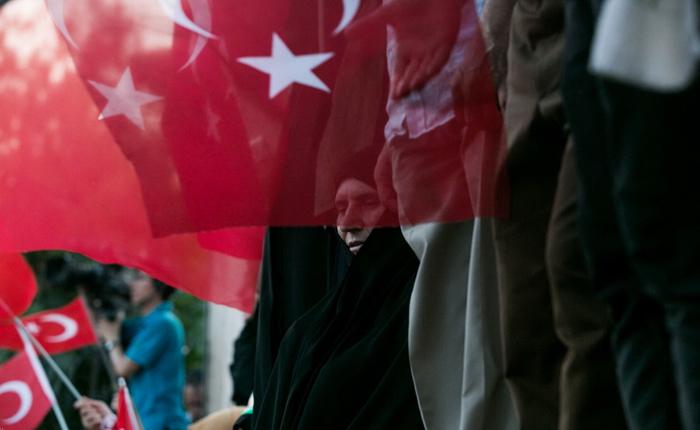 (تصا.یر) سخنرانی اردوغان مقابل خانهاش