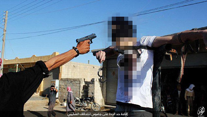 (تصاویر) داعش قلب جوانی را با چاقو درید