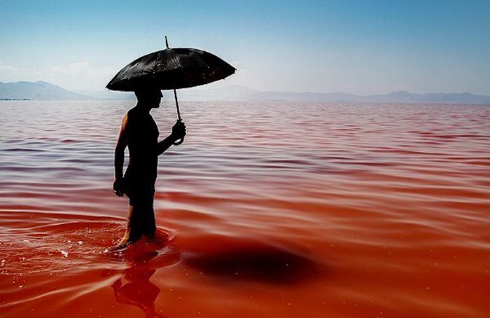 (تصاویر) دریاچه ارومیه قرمز شد
