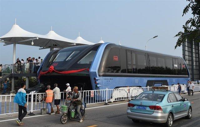 (تصاویر)رونمایی از اتوبوسی که ترافیک را دور میزند
