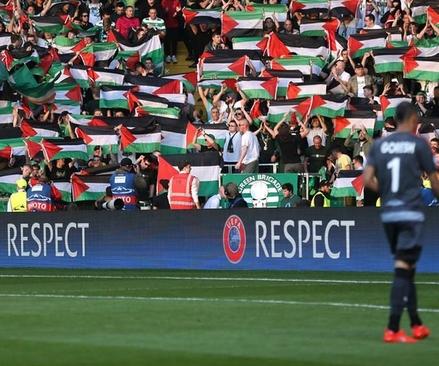 اسکاتلندی ها در بازی با اسراییل پرچم فلسطین را بالا بردند (+تصاویر)