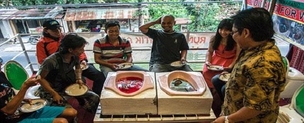(تصاویر)رستورانی که غذاهایش در کاسه توالت سرو می شود