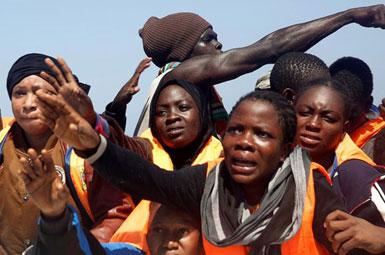 (تصاویر) لحظه نجات مهاجران از آبهای مدیترانه