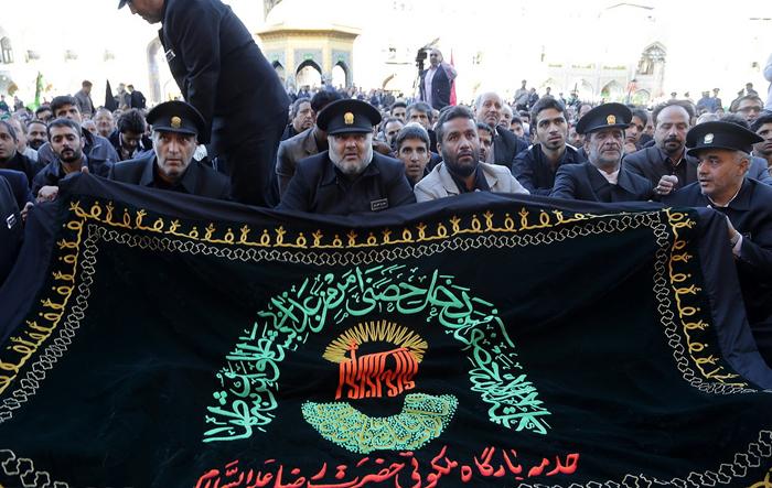 (تصاویر) نصب پرچم عزا بر فراز گنبد رضوی
