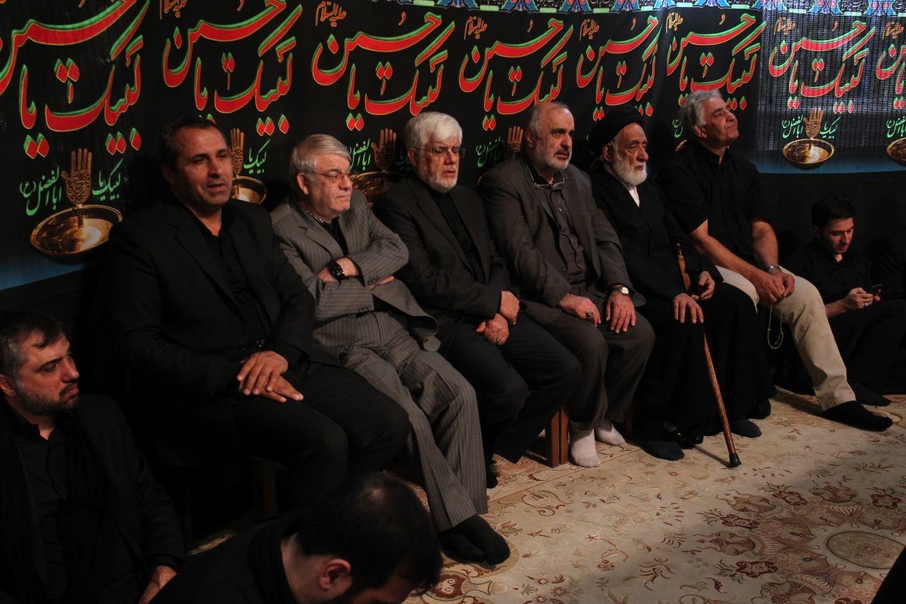 (تصویر) رویارویی عارف و علی پروین در یک مراسم عزاداری