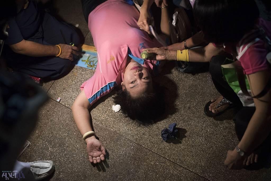 (عکس) غش کردن بعد از شنیدن خبر درگذشت پادشاه