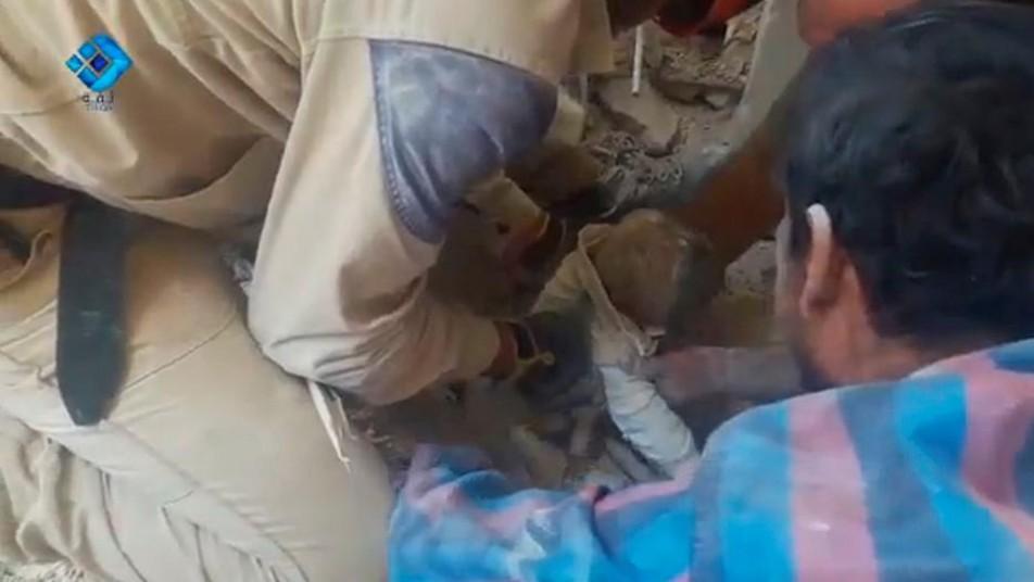 (تصاویر) بیرونکشیدن کودکان سوری از زیر آوار