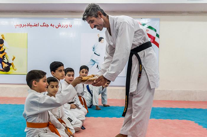 (تصاویر) رفتگری که قهرمان کاراته است