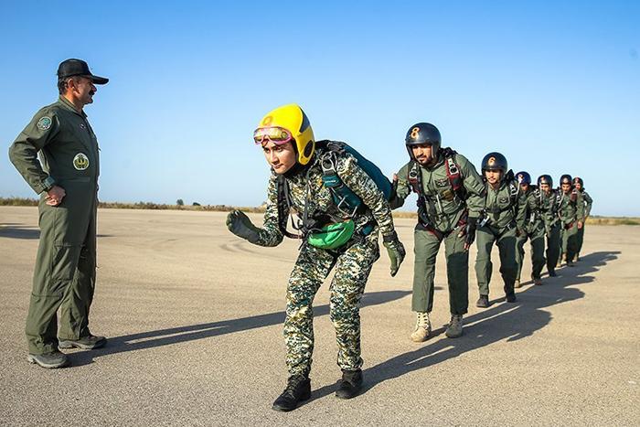 (تصاویر) جوانترین دختر چترباز ایران