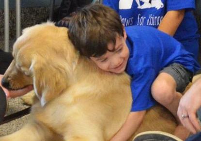 (تصاویر) دوستی پسربچه اوتیستیک با یک سگ