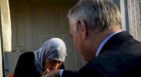 تصویر جنجالی وزیر امورخارجه فرانسه با زن پناهنده سوری