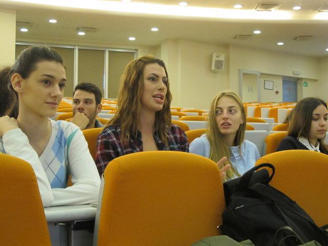 (تصاویر) پاسخهای نرگس آبیار به دانشجویان صرب