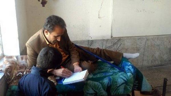 (تصویر) معلم یاسوجی روی تخت در کلاس تدریس میکند