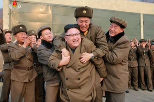 رهبر کره شمالی چه کسی را کول گرفت؟ +(تصویر)