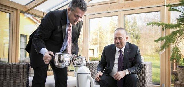 چای ریختنِ وزیر خارجه آلمان برای چاووش اوغلو جنجالی شد