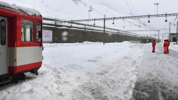 (تصاویر) بارش برف هزاران نفر را در آلپ گرفتار کرد
