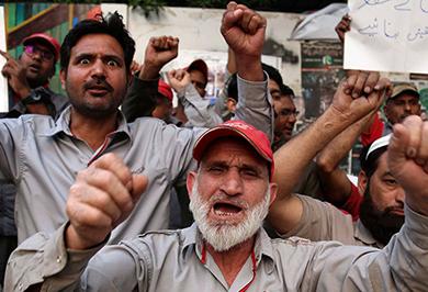 (تصاویر) تظاهرات مرگبار علیه تجاوز به دختر پاکستانی