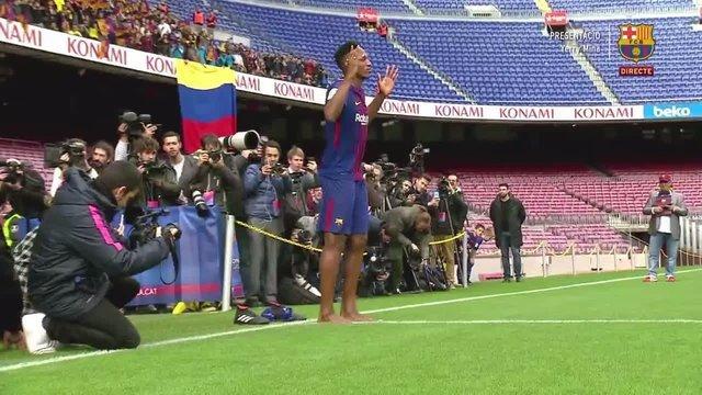 (عکس) حرکت عجیب آقای فوتبالیست در مراسم معارفه اش