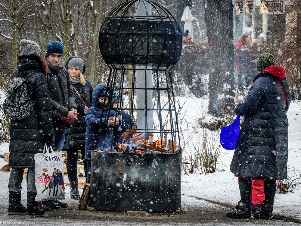 مراسم سنتی به مناسبت آغاز سال نو میلادی بر اساس کلیسای ارتدوکس مقدونیه. (گتی ایماژ)