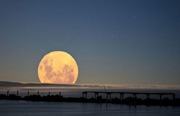 ماه در ۱۱ بهمن به مهمانی زمین میآید
