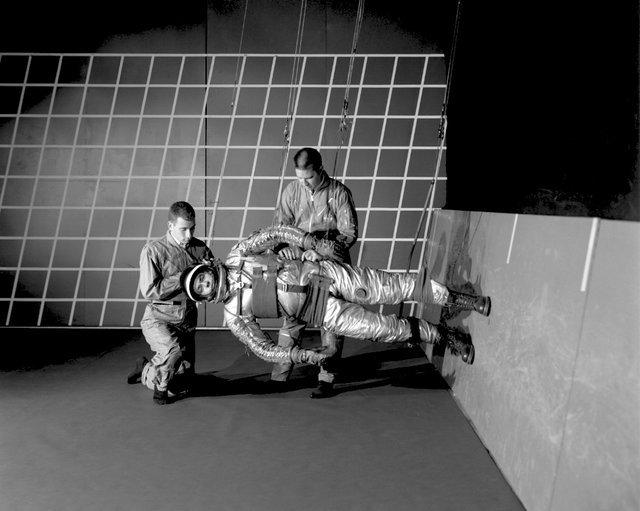 (تصاویر) شیوه آموزش راه رفتن در فضا