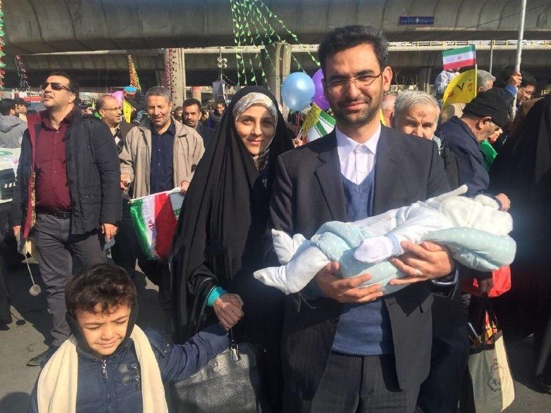 (تصویر) وزیری که به همراه همسر و دو فرزندش به راهپیماییآمد