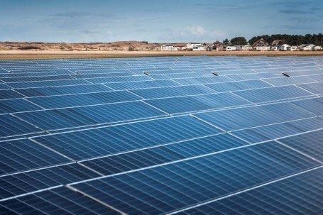 اولین مزرعه خورشیدی در وسط دریا