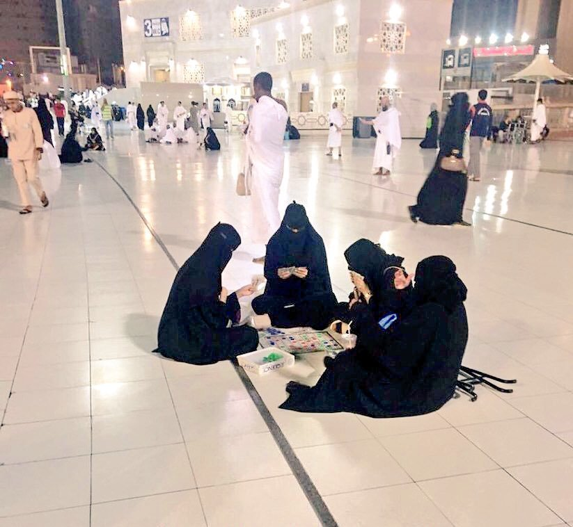 ورق بازی زنان در مسجدالحرام!